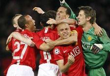 <p>Giocatori del Manchester United festeggiano la vittoria sul Barcellona in semifinale di Champions League allo stadio Old Trafford di Manchester, 29 aprile 2008. REUTERS/Albert Gea</p>