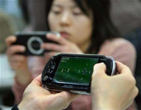 Japanese women play PlayStation Portables (PSP) in a ''brain training'' programme in Yokohama, west of Tokyo in this March 18, 2006 file photo. REUTERS/Toshiyuki Aizawa
