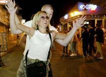 <p>Turisti per le strade di Rodi. REUTERS/Yiorgos Karahalis</p>