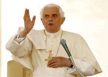 <p>Papa Benedetto XVI benedice i fedeli in Piazza San Pietro, Roma, il 30 aprile 2008. REUTERS/Giampiero Sposito</p>
