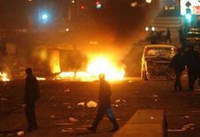 <p>Демонстранты сжигают автомобили полиции во время уличных беспорядков в Ереване, 2 марта 2008 года.Армения сумеет достичь запланированных на этот год экономических целей, заверил замминистра экономики Ваграм Гушчян инвесторов, напуганных кровопролитными столкновениями в Ереване демонстрантов и полиции после президентских выборов. (REUTERS/David Mdzinarishvili)</p>