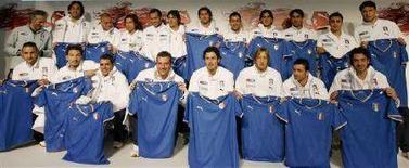 <p>La nazionale italiana di calcio fotografata a Zurigo con le magliette che userà agli Europei. REUTERS/Arnd Wiegmann (SWITZERLAND)</p>