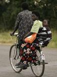 <p>Madre e figlio lungo la strada Mchinji che colega il Malawi allo Zambia orientale. REUTERS/Siphiwe Sibeko</p>
