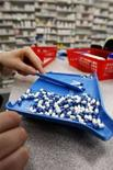 <p>Un farmacista conta delle pillole in una farmacia di Toronto. REUTERS/Mark Blinch (CANADA)</p>