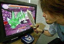 <p>Un ragazzo gioca con i videogame. REUTERS</p>