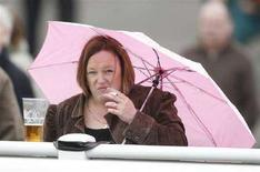 <p>Una donna fuma una sigaretta. REUTERS/Russell Cheyne (BRITAIN)</p>