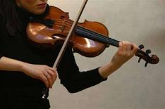 <p>Un violinista si esibisce con uno Stradivari. REUTERS/Kieran Doherty (BRITAIN)</p>