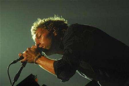 Lead singer Chris Martin of British rock band Coldplay performs during a concert in Santiago February 14, 2007. REUTERS/Nadie Perez