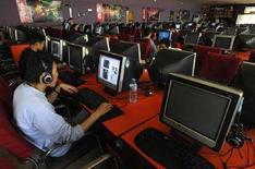 <p>Un'immagine di archivio ritrae giovani asiatici al computer. REUTERS/Stringer</p>