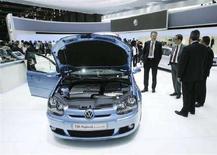 <p>Un modello di auto ibrida della Volkswagen. REUTERS/Denis Balibouse (SWITZERLAND)</p>