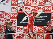 <p>La gioia del pilota brasiliano della Ferrari Felipe Massa dopo aver vinto il Gran Peremio della Turchia. REUTERS/Fatih Saribas (TURKEY)</p>