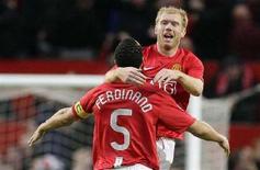 <p>Immagine d'archivio di due giocatori del Manchester United durante una partita di Champions League. REUTERS/Phil Noble (BRITAIN)</p>
