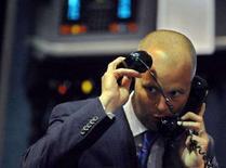 <p>Un trader al lavoro in una borsa europea. REUTERS/Dylan Martinez</p>