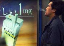 <p>Un giapponese fuma vicino ad un distributore di sigarette. REUTERS/Toshiyuki Aizawa</p>