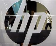 <p>Hewlett-Packard a officialisé une offre d'achat amicale de 13,9 milliards de dollars sur son compatriote Electronic Data Systems, numéro deux mondial des services informatiques, dans un contexte de forte concurrence avec IBM. /Photo d'archives/REUTERS/Paul Yeung</p>