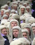 <p>Британские судьи ожидают церемонии начала нового юридического года у стен Вестминстерского аббатства в Лондоне, 1 октября 2004 года. Британские судьи отказались от 300-летней традиции ношения париков из конского волоса только лишь для того, чтобы подвергнуться насмешкам со стороны критиков моды и традиционалистов, полагающих, что новые мантии судей делают их похожими на персонажей фантастического сериала Star Trek. (REUTERS/Toby Melville)</p>
