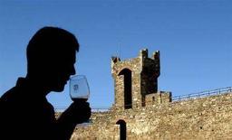 <p>Un turista degusta un bicchiere di Brunello nella cittadina toscana di Montalcino in una foto d'archivio. REUTERS/Max Rossi/files (ITALY)</p>