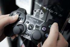 <p>Una giovane gioca alla Sony PlayStation 3 (PS3) di Sony a Tokyo. REUTERS/Yuriko Nakao (JAPAN)</p>
