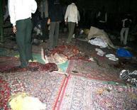 <p>Иранские спецслужбы осматривают место взрыва в мечети в городе Шираз, 13 апреля 2008 года. Организаторы взрыва в одной из иранских мечетей, в результате которого погибли 14 человек, также планировали нападение на консульство России в Исламской Республике, сообщило иранское информагентство Fars со ссылкой на главу разведки страны. (REUTERS/Jamejamonline)</p>