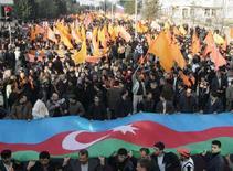 <p>Демонстрация азербайджанской оппозиции в Баку, 9 ноября 2005 года. Оппозиция Азербайджана рассматривает возможность бойкота намеченных на 15 октября президентских выборов в связи с намерением властей вдвое сократить срок избирательной кампании, а также из-за новых ограничений на агитацию. (REUTERS/Sergei Karpukhin)</p>