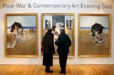 """<p>Due visitatori davanti al trittico di Francis Bacon """"Triptych 1974-1977"""" nella casa d'aste Christie's. REUTERS/Alessia Pierdomenico</p>"""