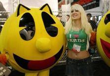 <p>Una modella con dei pupazzi di Pac-Man a Los Angeles. REUTERS/Fred Prouser (UNITED STATES)</p>
