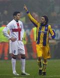 <p>Andrea Gasbarroni del Parma accanto al giocatore dell'Inter Julio Cruz nella partita disputatasi a San Siro a Milano lo scorso 20 gennaio. REUTERS/Alessandro Garofalo</p>