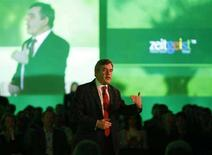 <p>Il premier britannico Gordon Brown fotografato oggi mentre interviene alla conferenza annuale di Google Zeitgeist. REUTERS/Stephen Hird (BRITAIN)</p>