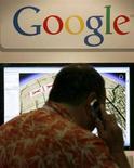 <p>Un uomo parla al telefono davanti ad una mappa Google. REUTERS/Mike Blake</p>