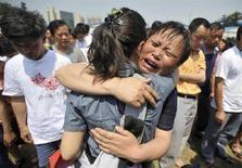<p>Una sopravvissuta al terremoto in Cina piange, nella provincia di Sichuan. REUTERS/China Daily</p>