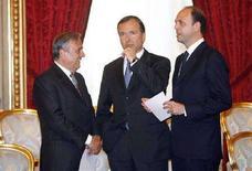 <p>I neo ministri del Lavoro, Maurizio Sacconi (a sinistra), degli Affari Esteri, Franco Frattini (al centro), e della Giustizia, Angelino Alfano (a destra), durante la cerimonia del giuramento al Quirinale dell'8 maggio 2008, a Roma. REUTERS/ Dario Pignatelli (Italia)</p>