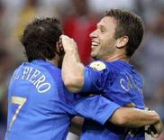 <p>Antonio Cassano e Alessandro Del Piero durante una partita dell'Italia. REUTERS/Jerry Lampen PH/THI</p>