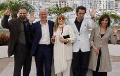 <p>Da sinistra, Massimo Popolizio, Toni Servillo, Piera Degli Esposti, Paolo Sorrentino e Anna Bonaiuto al Festival del Cinema di Cannes. REUTERS/Jean-Paul Pelissier (FRANCE)</p>