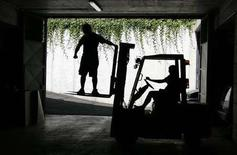 <p>Due operai italiani al lavoro. REUTERS/Max Rossi (ITALY)</p>