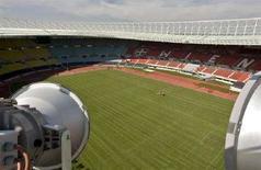 <p>Рабочий укладывает газон на стадиона Эрнст Хаппель в Вене 10 апреля 2008 года. Любители футбола, желающие насладиться играми Евро-2008 с высоты птичьего полета, могут купить себе место на колесе обозрения в столице Австрии, однако это обойдется им недешево. (REUTERS/Herbert Neubauer)</p>