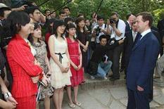 <p>Президент России Дмитрий Медведев (справа) выступает перед студентами в Пекинском университете 24 мая 2008 года. Медведев подчеркнул роль российско-китайского партнерства для обеспечения глобальной безопасности, отметив, что Москва и Пекин полны решимости укреплять отношения, даже если это вызывает беспокойство Запада. (REUTERS/RIA Novosti/Kremlin/Pool/Vladimir Rodionov)</p>