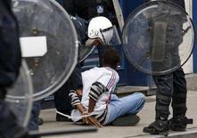 <p>L'arresto di uno delle centinaia di giovani che hanno dato vita a disordini a Bruxelles. REUTERS/Thierry Roge (BELGIUM)</p>