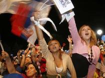 <p>Spettatori della gara canora di Eurovisione. REUTERS/Djordje Kojadinovic (SERBIA)</p>