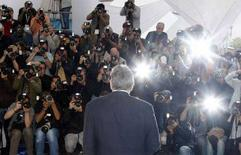 <p>I flashes dei fotografi all'arrivo a Cannes di Robert De Niro. REUTERS/Eric Gaillard (FRANCE)</p>