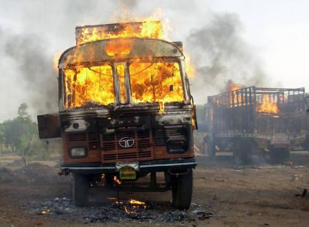 A truck burns after it was set ablaze by members of the Gujjar community during clashes with police in Rajasthan May 25, 2008. REUTERS/Vinay Joshi