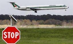 <p>Un aereo Alitalia atterra all'aeroporto di Fiumicino. REUTERS/Max Rossi (ITALY)</p>