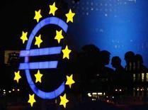 <p>Il simbolo dell'Euro di fronte alla Banca Centrale Europea. REUTERS/Alex Grimm (GERMANY)</p>