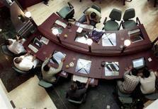<p>Immagine d'archivio di utenti in un Internet café. CLH/</p>