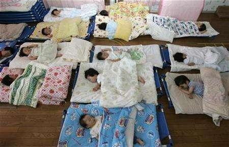 Nursery school children take a nap at Hinagiku nursery in Moriyama, western Japan May 27, 2008. REUTERS/Yuriko Nakao