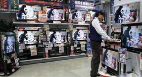 <p>Televisori Lcd in un negozio di Tokyo. REUTERS/Toru Hanai</p>
