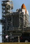 <p>Tecnici al lavoro per il lancio dello shuttle Discovery dal Kennedy Space Center a Cape Canaveral, in Florida, il 30 marzo 2008. REUTERS/Scott Audette</p>