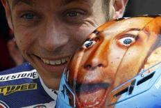 <p>Il pilota della Yamaha Valentino Rossi dopo aver vinto la pole position al Gran Premio del Mugello. REUTERS/Stefano Rellandini (ITALY)</p>