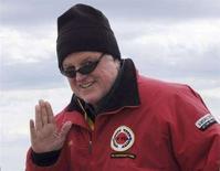 <p>Il senatore Edward Kennedy saluta prima di partire per una regata a Hyannisport, Massachusetts il 24 maggio 2008. REUTERS/Neal Hamberg</p>