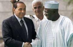 <p>Il presidente del Consiglio Silvio Berlusconi con il direttore generale della Fao (Food and Agriculture Organisation) Jacques Diouf. Roma, 3 giugno 2008. REUTERS/Nikola Solic</p>
