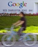 <p>Google a apporté des développements supplémentaires à son service Custom Search Business Edition destiné aux éditeurs de sites, afin de permettre à ses clients professionnels de personnaliser les résultats des recherches que les internautes effectueront sur leurs propres sites. /Photo prise le 8 mai 2008/REUTERS/Kimberly White</p>